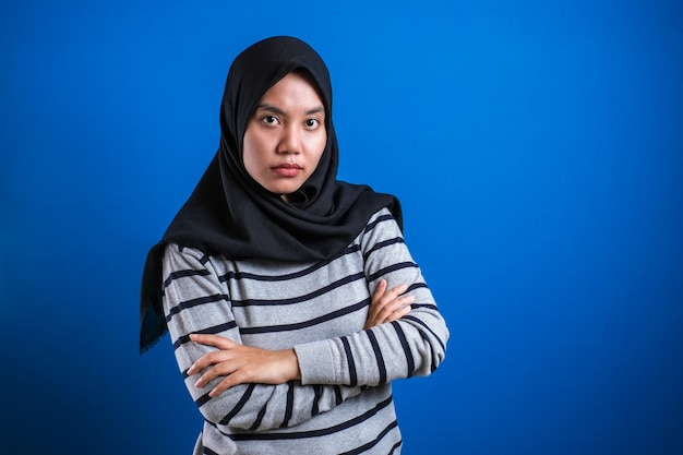 Portret Wściekłej Cynicznej Azjatyckiej Muzułmańskiej Kobiety Z Podejrzanym Wyrazem Twarzy Patrzącej Na Kamerę, Nieufna Koncepcja Błędnych Wątpliwości Premium Zdjęcia