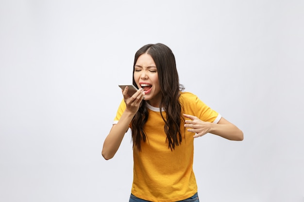 Portret wściekłej kobiety azjatyckie rozmawia przez telefon komórkowy