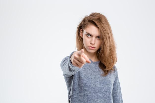 Portret wściekłej kobiety wskazującej palcem na aparat na białym tle na białym tle