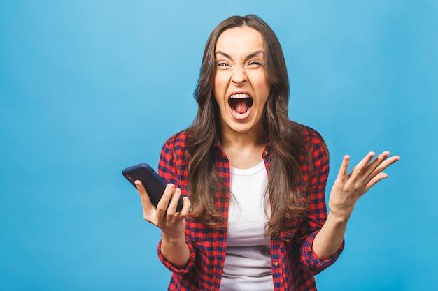 Portret wściekłej młodej kobiety biznesu krzyczy na telefon komórkowy