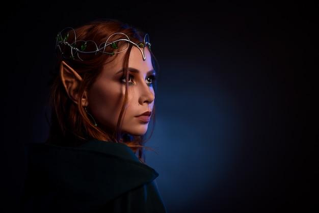 Portret wspaniały elf w tiara thoutfuly patrząc w górę.