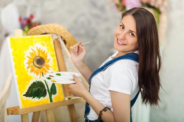 Portret wspaniały kobieta artysta maluje w domu