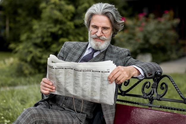 Portret współczesnego człowieka czytania gazety