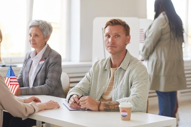 Portret współczesnego człowieka podczas pracy przy biurku w dniu wyborów, kopia przestrzeń