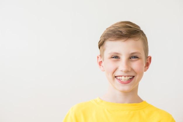 Portret współczesnego nastoletniego chłopca. strzał studio. kultura młodzieżowa