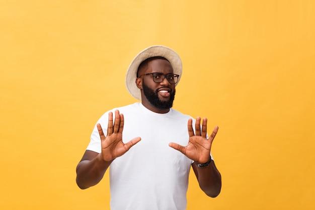 Portret wstrząśnięty i zirytowany niezadowolony młody człowiek podnosząc ręce do góry, by powiedzieć