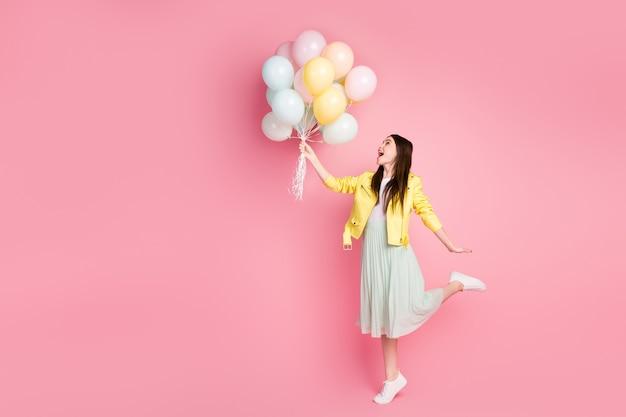Portret wymarzonej dziewczyny trzymaj balony baw się latać