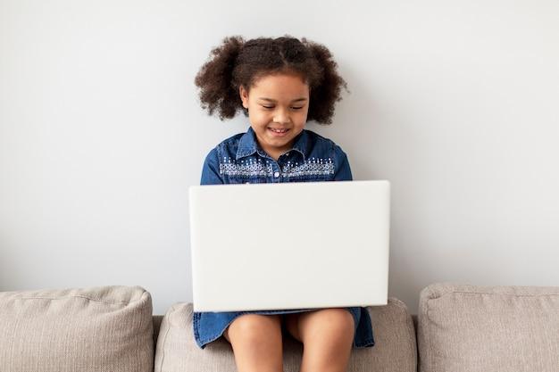 Portret wyszukuje laptop w domu młoda dziewczyna