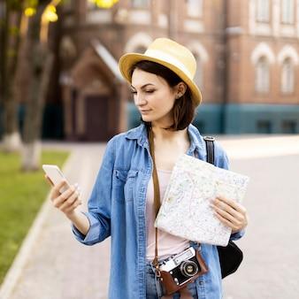 Portret wyszukuje telefon komórkowego młoda kobieta