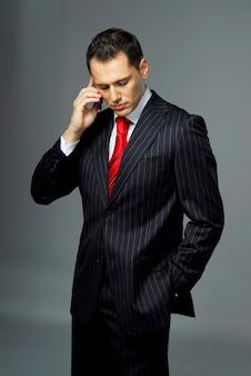 Portret yang i pewny siebie biznesmen. studio.