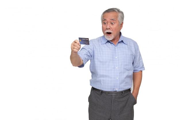 Portret z podnieceniem krzyczący starszy azjatykci mężczyzna stoi kredytową kartę i trzyma odosobnionego, no! no i zaskakujący pojęcie