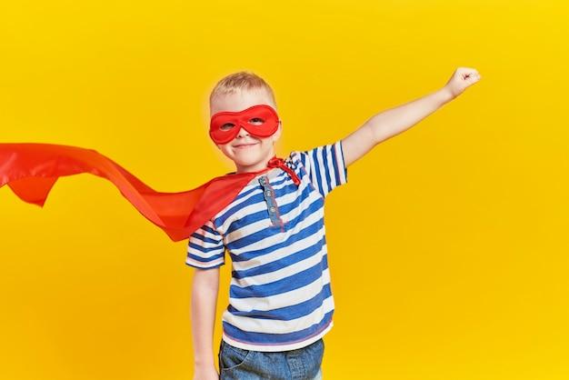 Portret zabawnego chłopca w kostiumie superbohatera