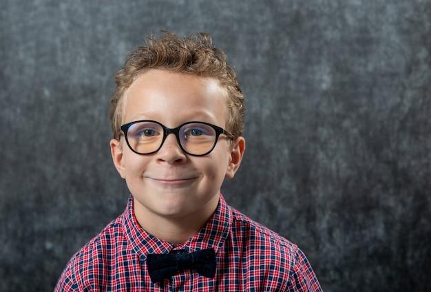 Portret zabawny chłopak w okularach