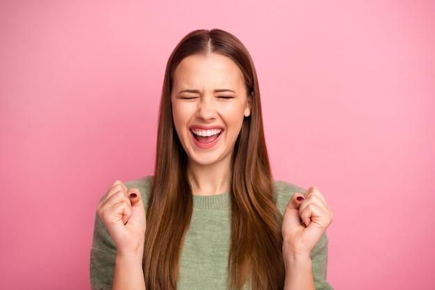 Portret zachwycona dziewczyna pozytywna podnosi pięści krzyczeć