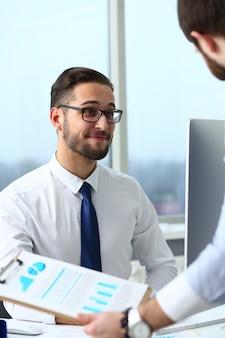 Portret zachwyconego menedżera, który jest w pracy