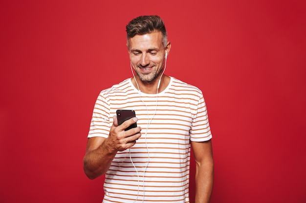 Portret zachwyconego mężczyzny stojącego na czerwono