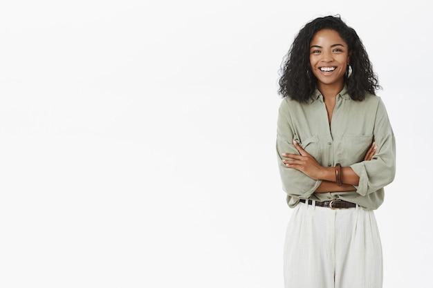 Portret zachwyconej dorosłej ciemnoskórej kobiety z kręconymi włosami