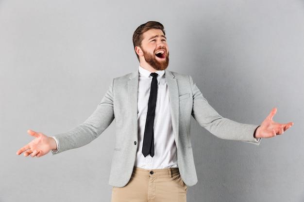 Portret zachwycony biznesmen ubrany w garnitur