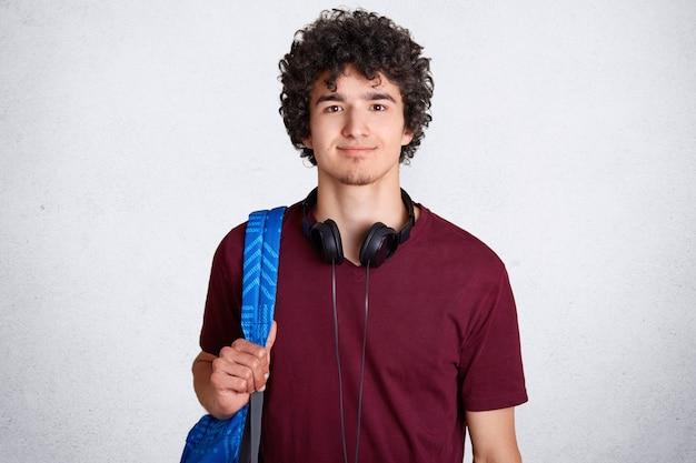 Portret zachwycony hipster mężczyzna student z kruche włosy
