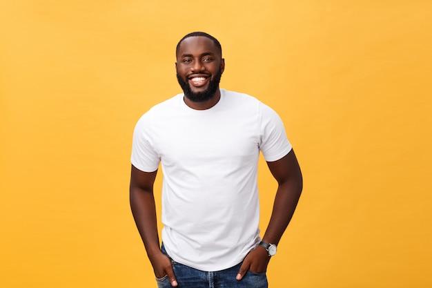 Portret zadowolona amerykanina afrykańskiego pochodzenia samiec z pozytywnym uśmiechem