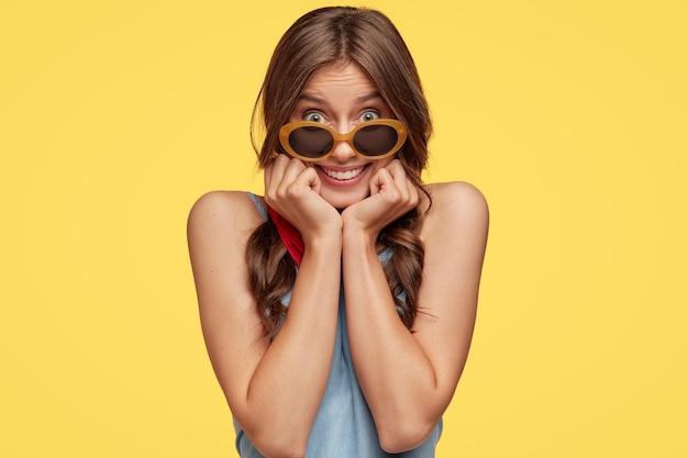 Portret zadowolona kobieta zadowolony z okularami przeciwsłonecznymi