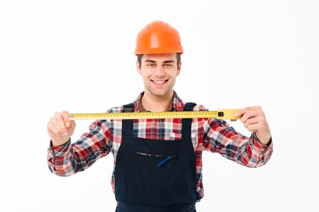 Portret zadowolonego młodego męskiego budowniczego