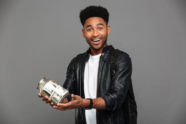 Portret zadowolonego podekscytowanego afro amerykańskiego mężczyzny