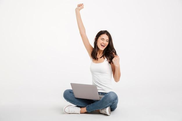 Portret zadowolonej kobiety ubranej w podkoszulek