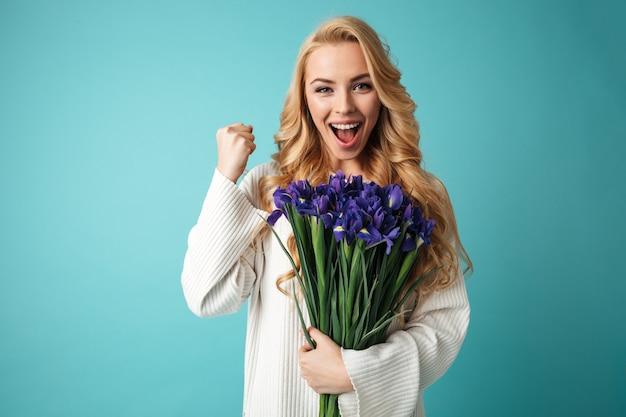 Portret zadowolonej młodej kobiety blondynka w swetrze