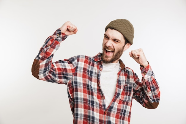 Portret zadowolony brodaty mężczyzna w koszuli w kratę