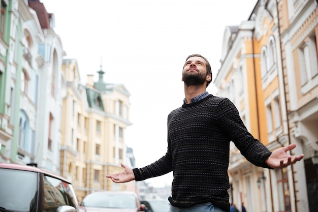 Portret zadowolony brodaty mężczyzna w swetrze