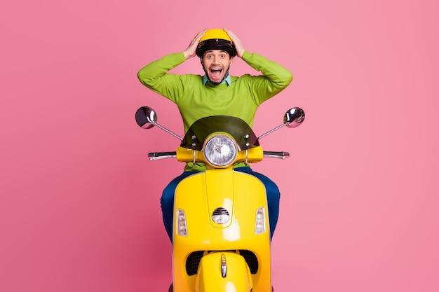 Portret zadowolony facet jedzie na motocyklu pokaż reakcję