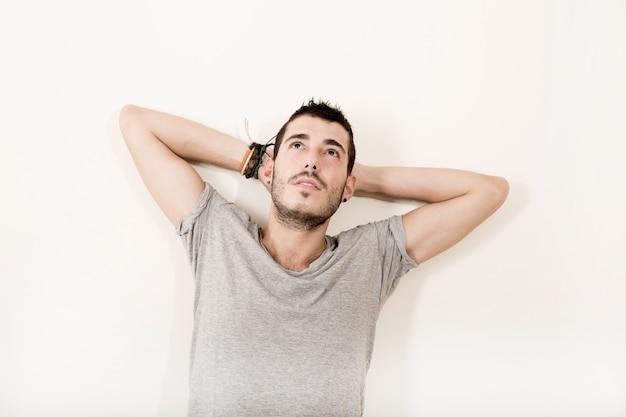 Portret zadowolony łacińskiej mężczyzna w ubranie.