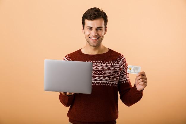 Portret zadowolony młody człowiek ubrany w sweter