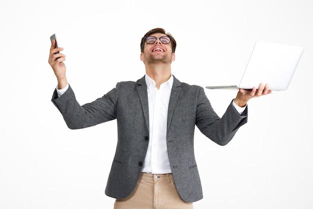 Portret zadowolony szczęśliwy biznesmen w eyeglasses