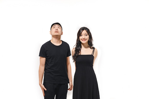 Portret zadumana koreańska para odizolowywająca na bielu