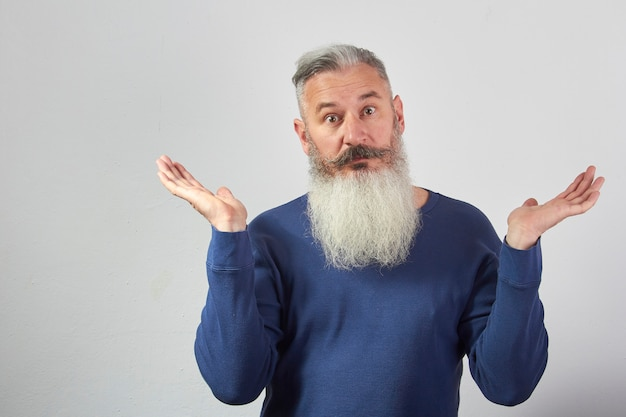 Portret zakłopotany dojrzały siwy brodaty mężczyzna