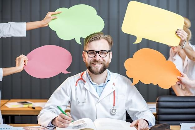 Portret zamyślonego lekarza z kolorowymi chmurami siedzącego w biurze