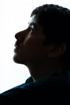 Portret zamyślonego mężczyzny