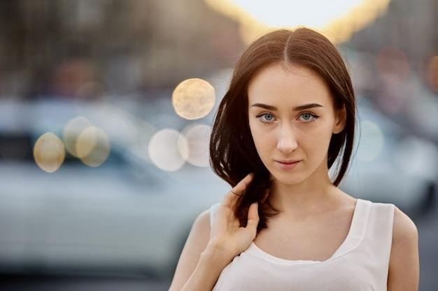 Portret zamyślonej białej nastolatki podczas chodzenia na świeżym powietrzu