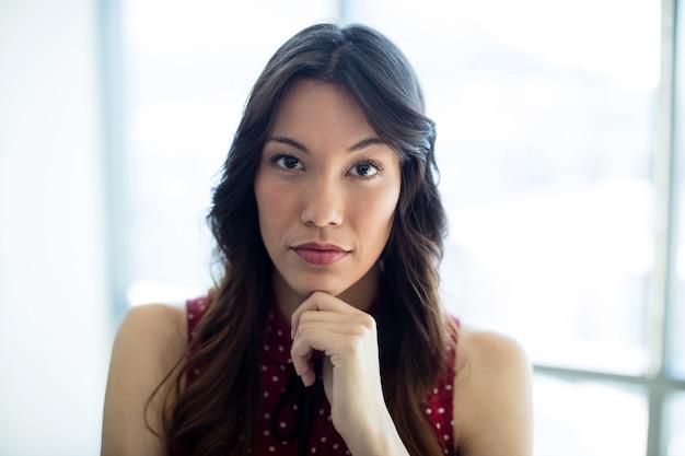 Portret zamyślonej kobiety w biurze