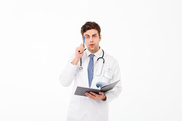 Portret zamyślony młody lekarz mężczyzna