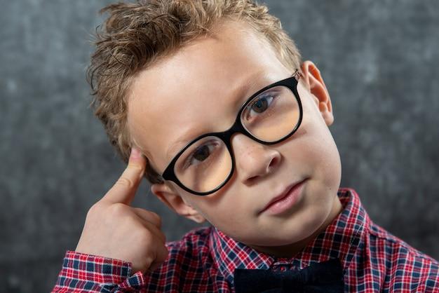 Portret zamyślony słodkie dziecko z kraciaste koszule