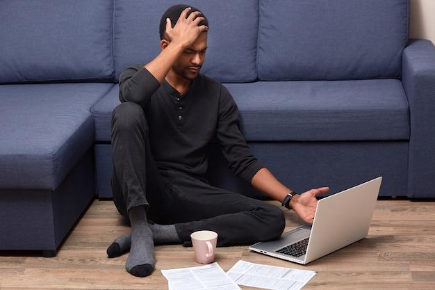 Portret zapracowanego zmartwionego mężczyzny dotykającego głowy ręką, mającego ból głowy, nie rozumiem informacji podanych w sieci