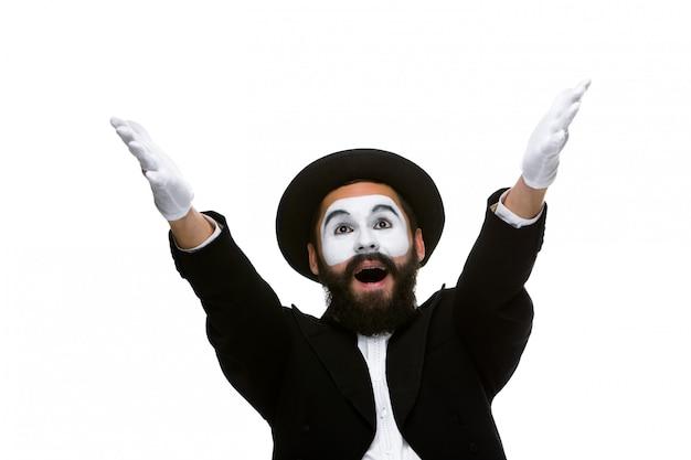 Portret zaskoczonego i radosnego mima z otwartymi ustami