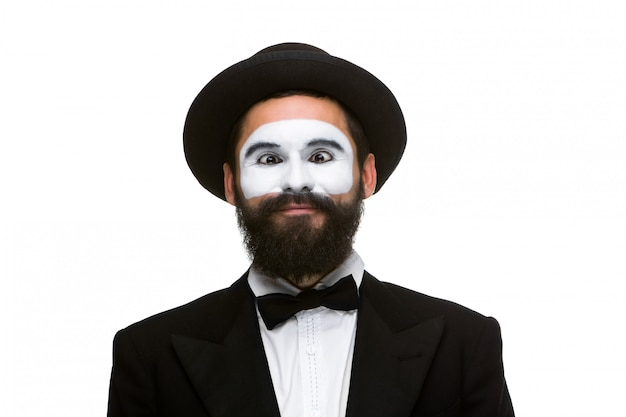 Portret zaskoczonego mima ze zmrużonymi oczami