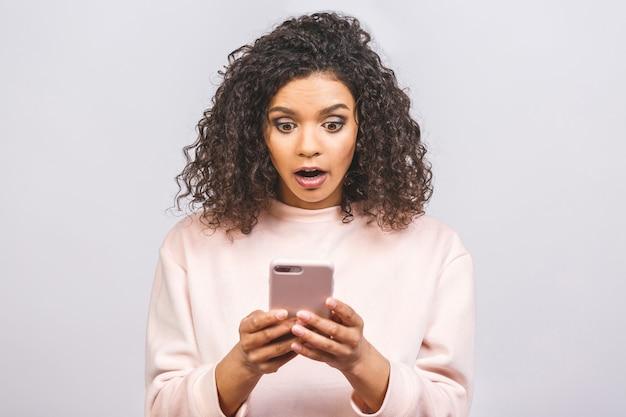 Portret zaskoczony afroamerykanin za pomocą nowego gadżetu urządzenia