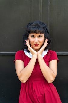 Portret zaskoczony kobiety w czerwonej sukience
