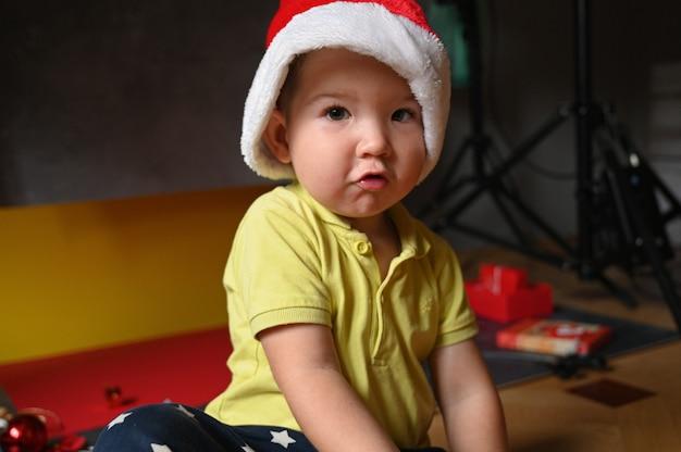 Portret zaskoczony maluch dziecko chłopiec w santa hat