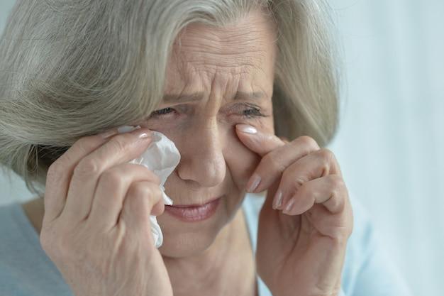 Portret zbliżenia płaczącej starszej kobiety
